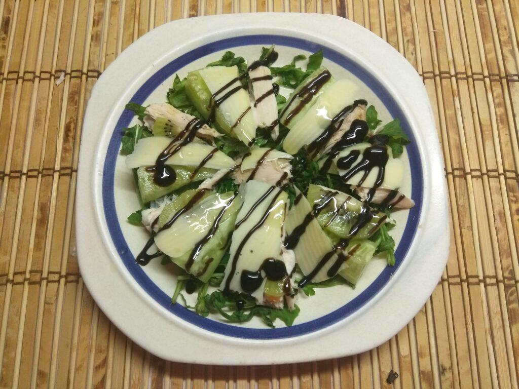 Фото рецепта - Салат из рукколы, куриного филе, огурцов и киви - шаг 6