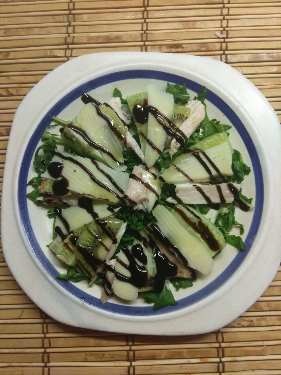 Салат из рукколы, куриного филе, огурцов и киви