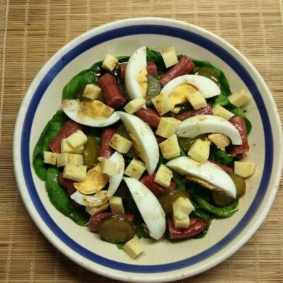 Салат из шпината, копчённых колбасок и маринованных огурцов - рецепт с фото