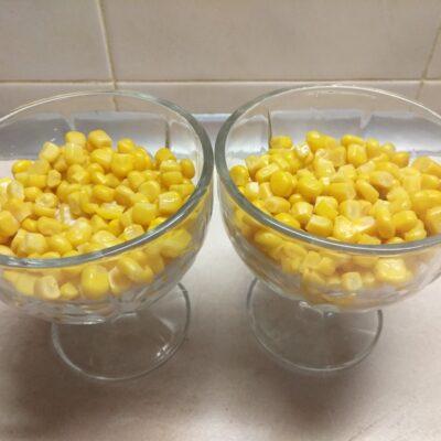 Фото рецепта - Салат-коктейль из селедки, кукурузы, зеленого лука и яиц - шаг 2