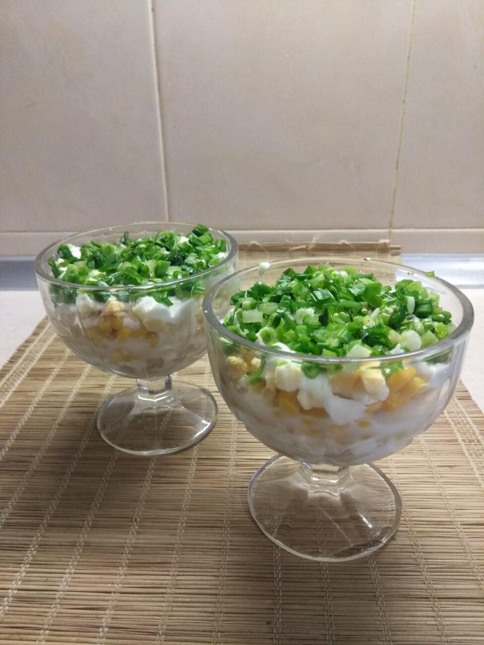 Салат-коктейль из селедки, кукурузы, зеленого лука и яиц