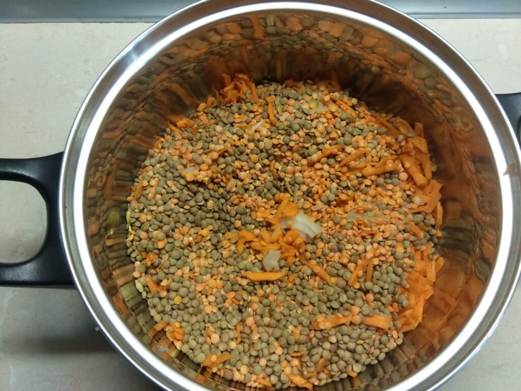 Фото рецепта - Чечевица с копченными колбасками - шаг 3