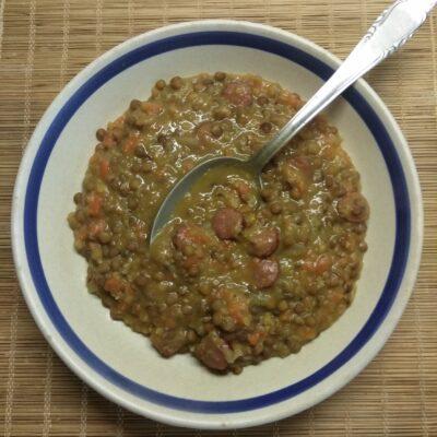 Чечевица с копченными колбасками - рецепт с фото