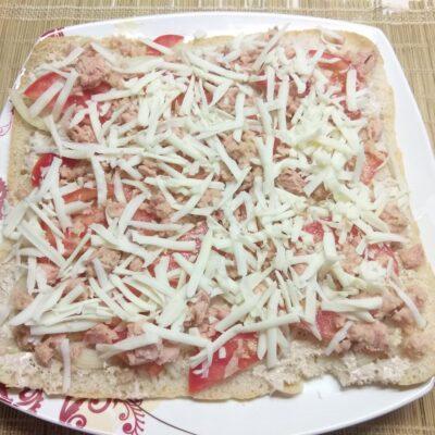 Фото рецепта - Быстрая закуска с консервированным тунцом, луком и помидорами - шаг 5