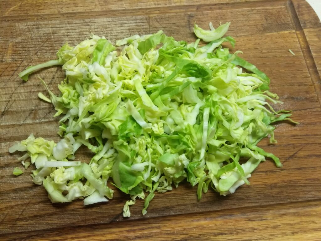 Фото рецепта - Салат из молодой капусты, колбасы, консервированной кукурузы и помидоров - шаг 2