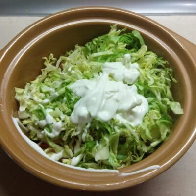 Фото рецепта - Салат из молодой капусты, колбасы, консервированной кукурузы и помидоров - шаг 5