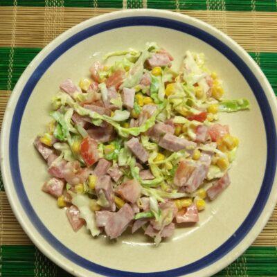 Салат из молодой капусты, колбасы, консервированной кукурузы и помидоров - рецепт с фото