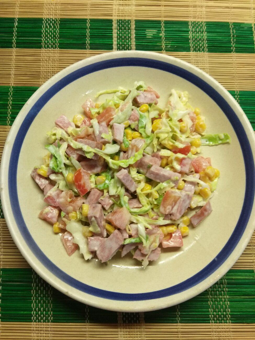 Салат из молодой капусты, колбасы, консервированной кукурузы и помидоров