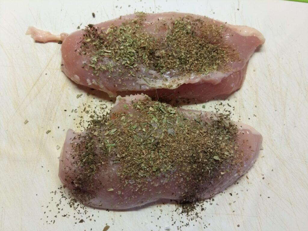 Фото рецепта - Куриное филе, фаршированное помидорами и луком - шаг 1