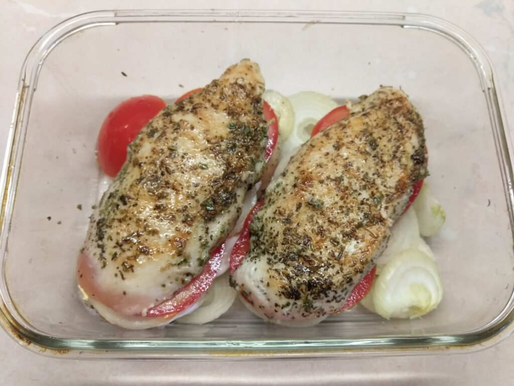 Фото рецепта - Куриное филе, фаршированное помидорами и луком - шаг 6