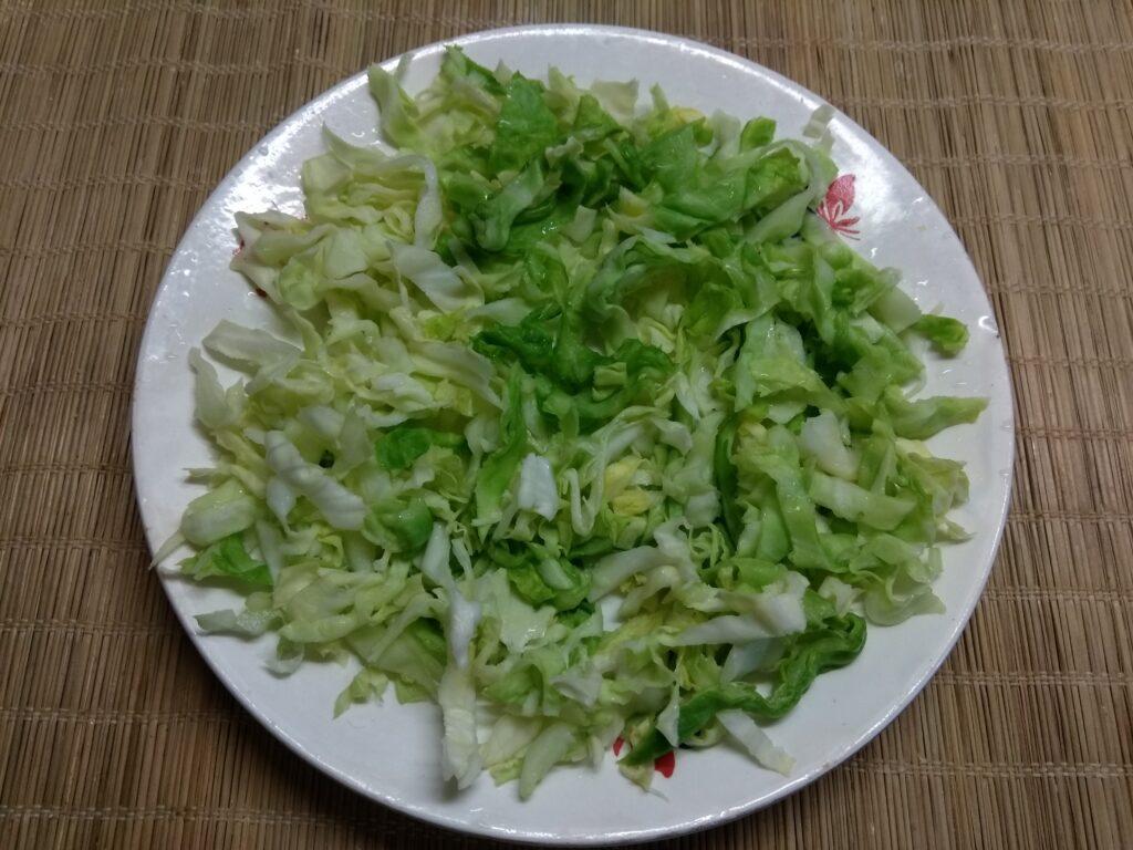 Фото рецепта - Салат из молодой капусты, помидоров, огурцов и мясных тефтелек - шаг 1