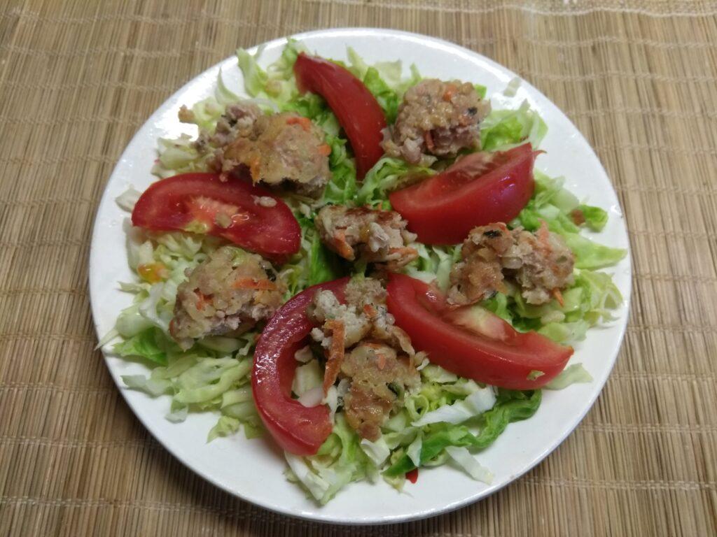 Фото рецепта - Салат из молодой капусты, помидоров, огурцов и мясных тефтелек - шаг 3
