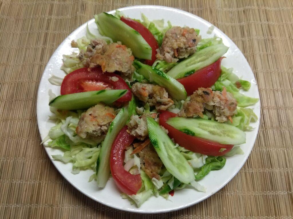 Фото рецепта - Салат из молодой капусты, помидоров, огурцов и мясных тефтелек - шаг 4