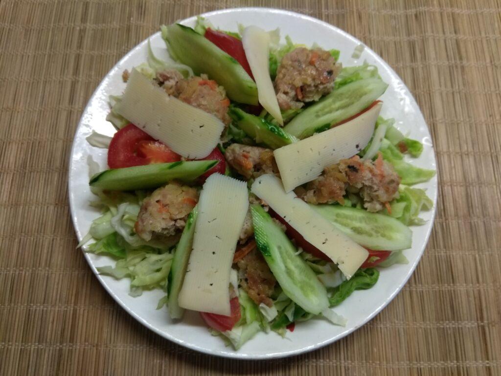 Фото рецепта - Салат из молодой капусты, помидоров, огурцов и мясных тефтелек - шаг 5