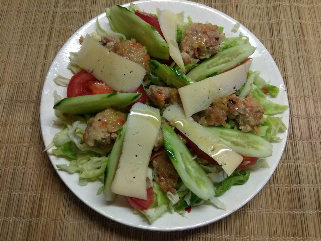 Фото рецепта - Салат из молодой капусты, помидоров, огурцов и мясных тефтелек - шаг 6