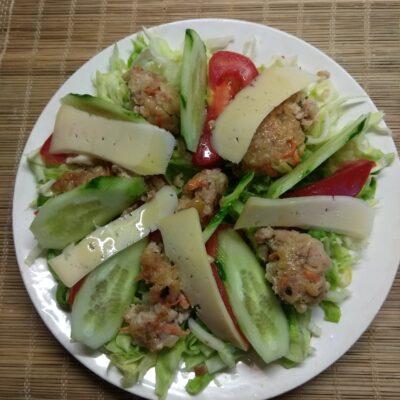 Салат из молодой капусты, помидоров, огурцов и мясных тефтелек - рецепт с фото