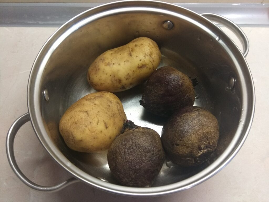 Фото рецепта - Салат из картофеля и свеклы со сметаной и петрушкой - шаг 1