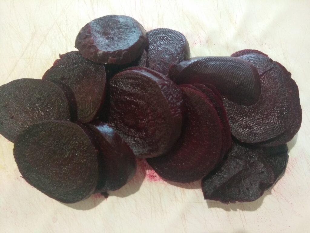 Фото рецепта - Салат из картофеля и свеклы со сметаной и петрушкой - шаг 3
