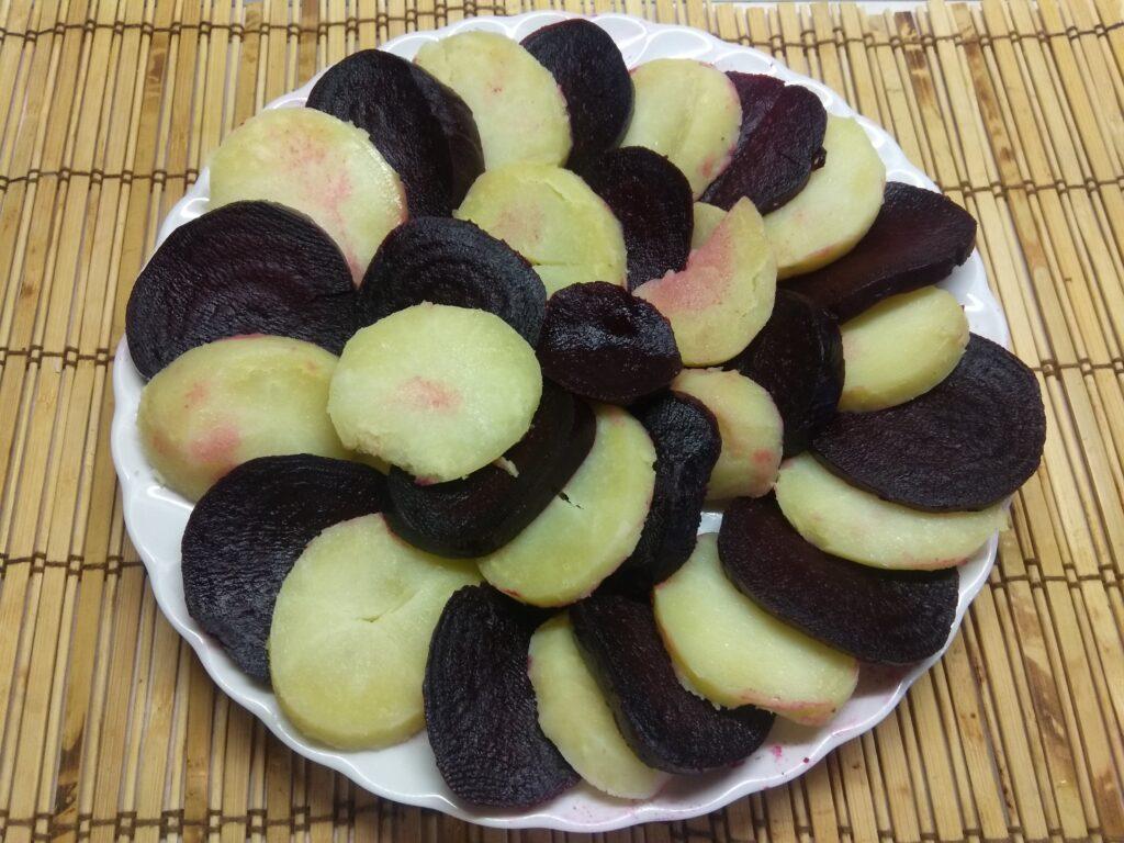 Фото рецепта - Салат из картофеля и свеклы со сметаной и петрушкой - шаг 4