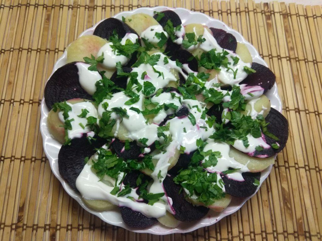 Фото рецепта - Салат из картофеля и свеклы со сметаной и петрушкой - шаг 6