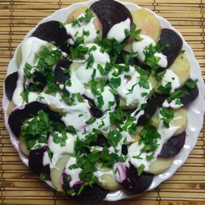 Салат из картофеля и свеклы со сметаной и петрушкой - рецепт с фото