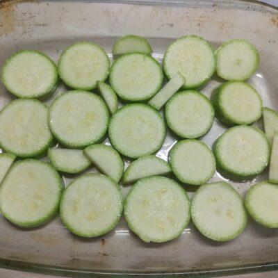 Фото рецепта - Скумбрия, запеченная с луком и кабачками - шаг 2