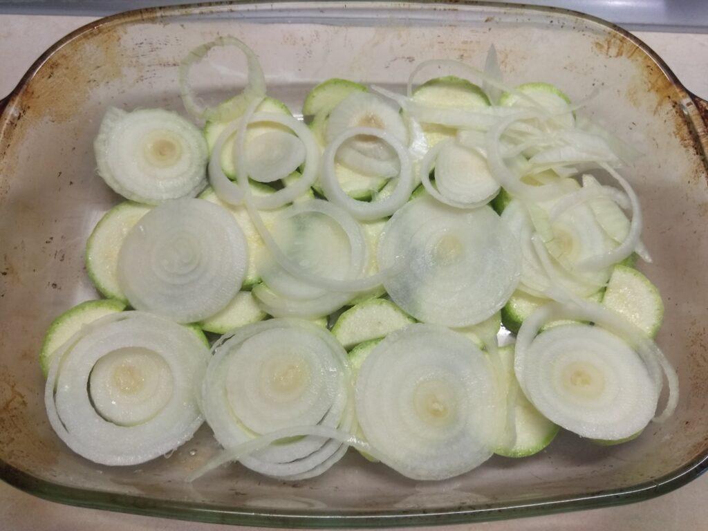Фото рецепта - Скумбрия, запеченная с луком и кабачками - шаг 3