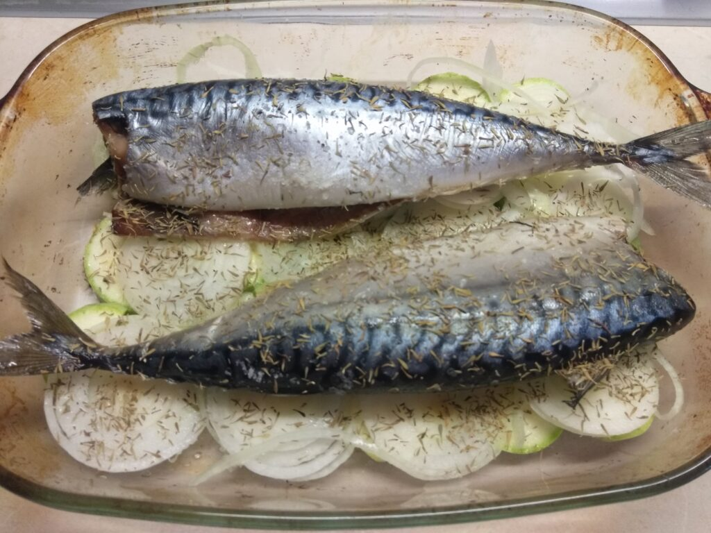 Фото рецепта - Скумбрия, запеченная с луком и кабачками - шаг 4