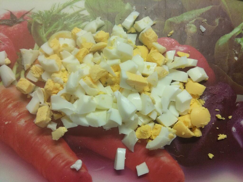 Фото рецепта - Салат из селедки с свежими огурцами и яйцами - шаг 1