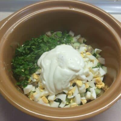 Фото рецепта - Салат из селедки с свежими огурцами и яйцами - шаг 5