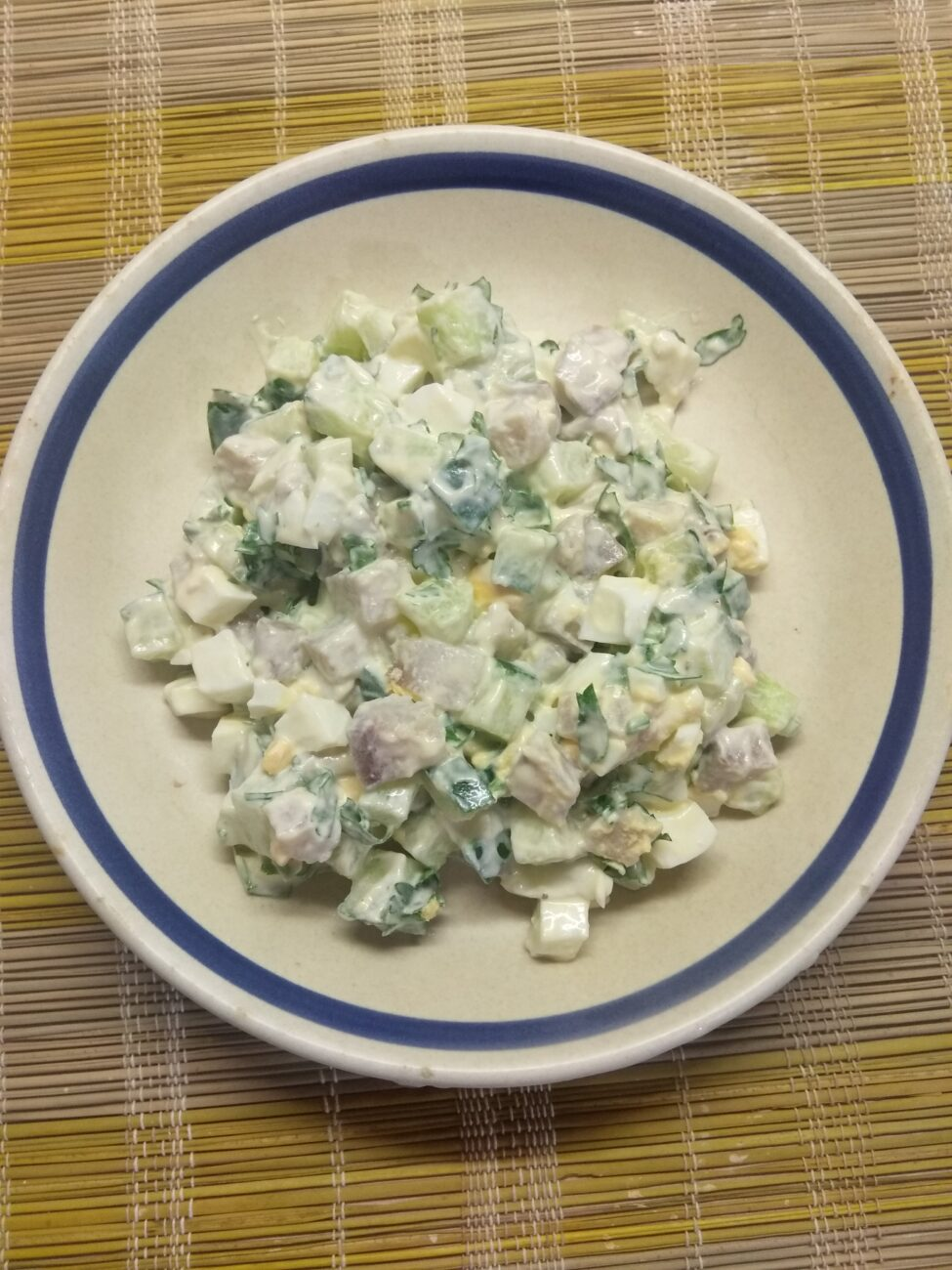 Салат из селедки с свежими огурцами и яйцами
