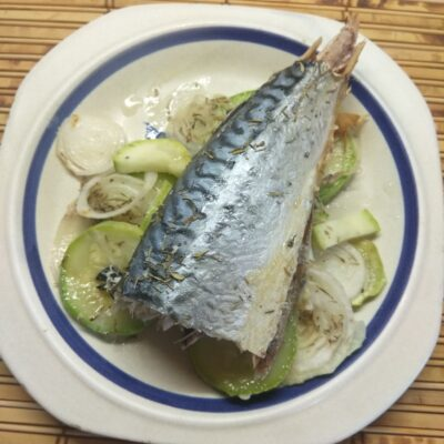 Скумбрия, запеченная с луком и кабачками - рецепт с фото