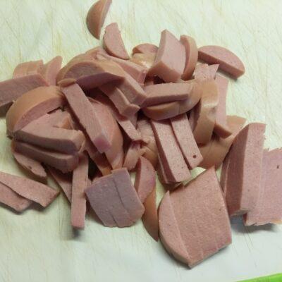 Фото рецепта - Салат из сарделек, свеклы, огурцов и петрушки - шаг 1