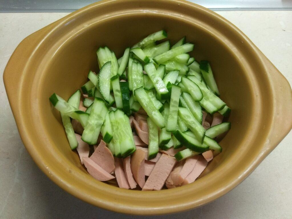 Фото рецепта - Салат из сарделек, свеклы, огурцов и петрушки - шаг 2