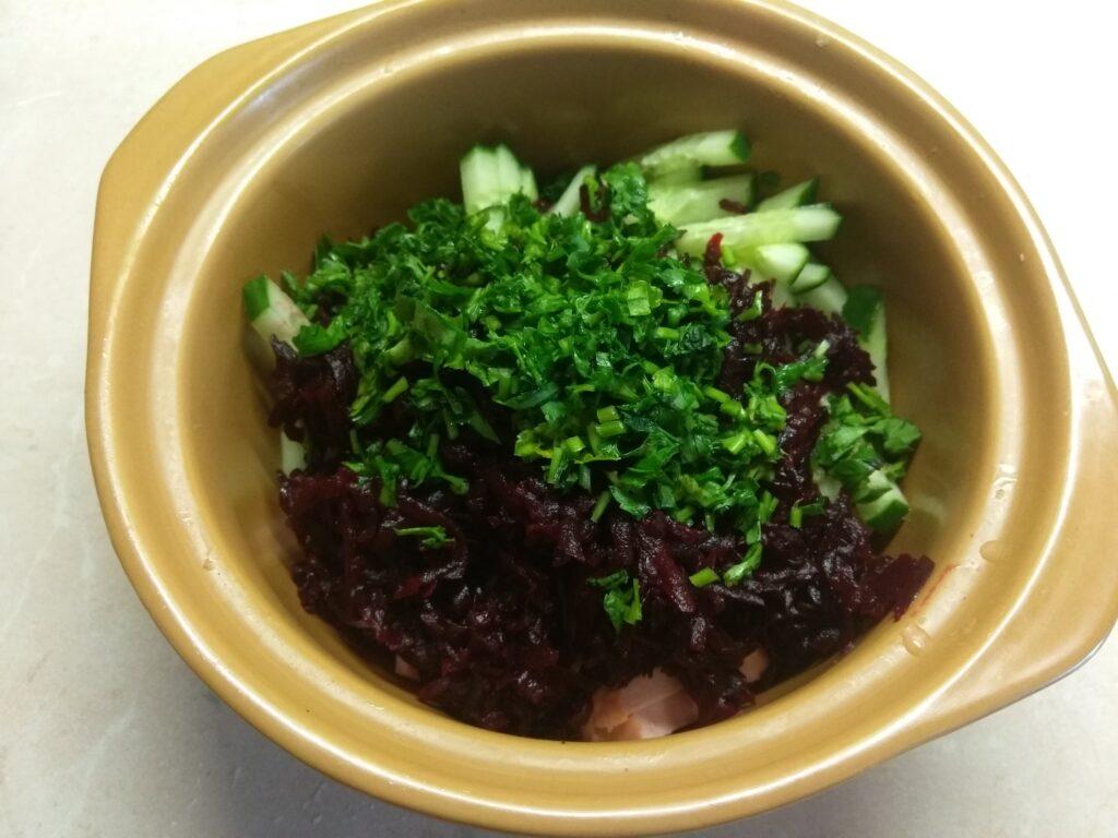 Фото рецепта - Салат из сарделек, свеклы, огурцов и петрушки - шаг 4