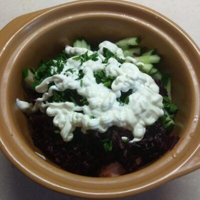 Фото рецепта - Салат из сарделек, свеклы, огурцов и петрушки - шаг 5