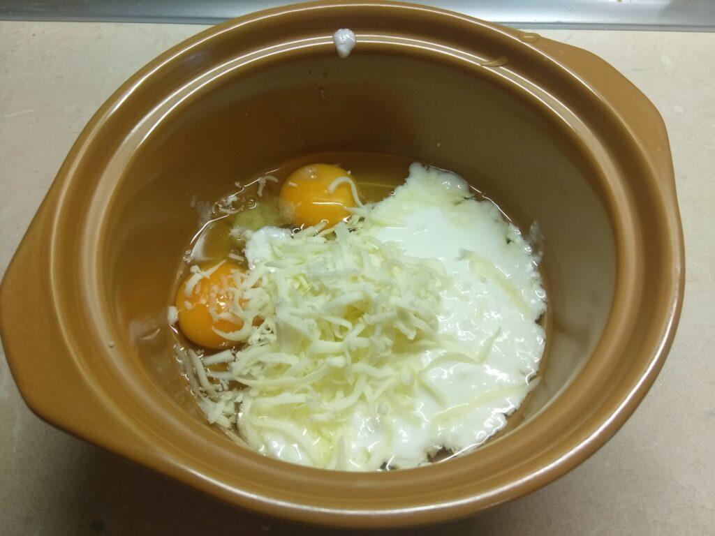 Фото рецепта - Оладьи несладкие с салями и Моцареллой - шаг 2
