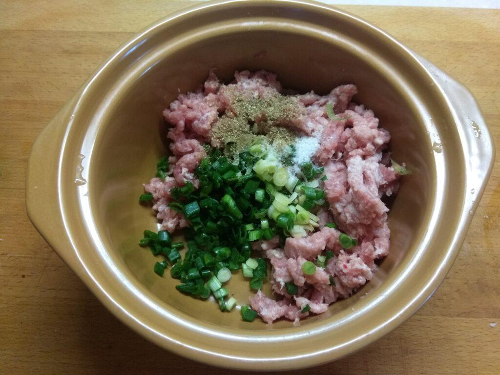 Фото рецепта - Котлеты из свинины с зеленым луком - шаг 3