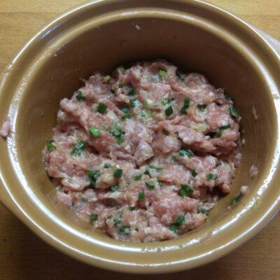 Фото рецепта - Котлеты из свинины с зеленым луком - шаг 4
