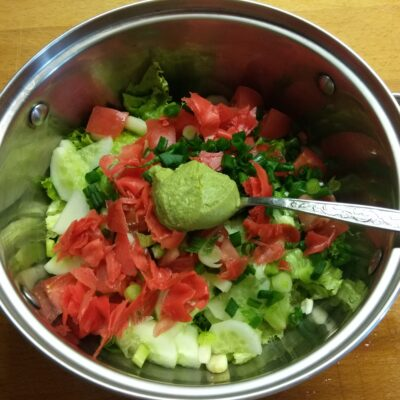 Фото рецепта - Свежий салат с японскими нотками - шаг 6