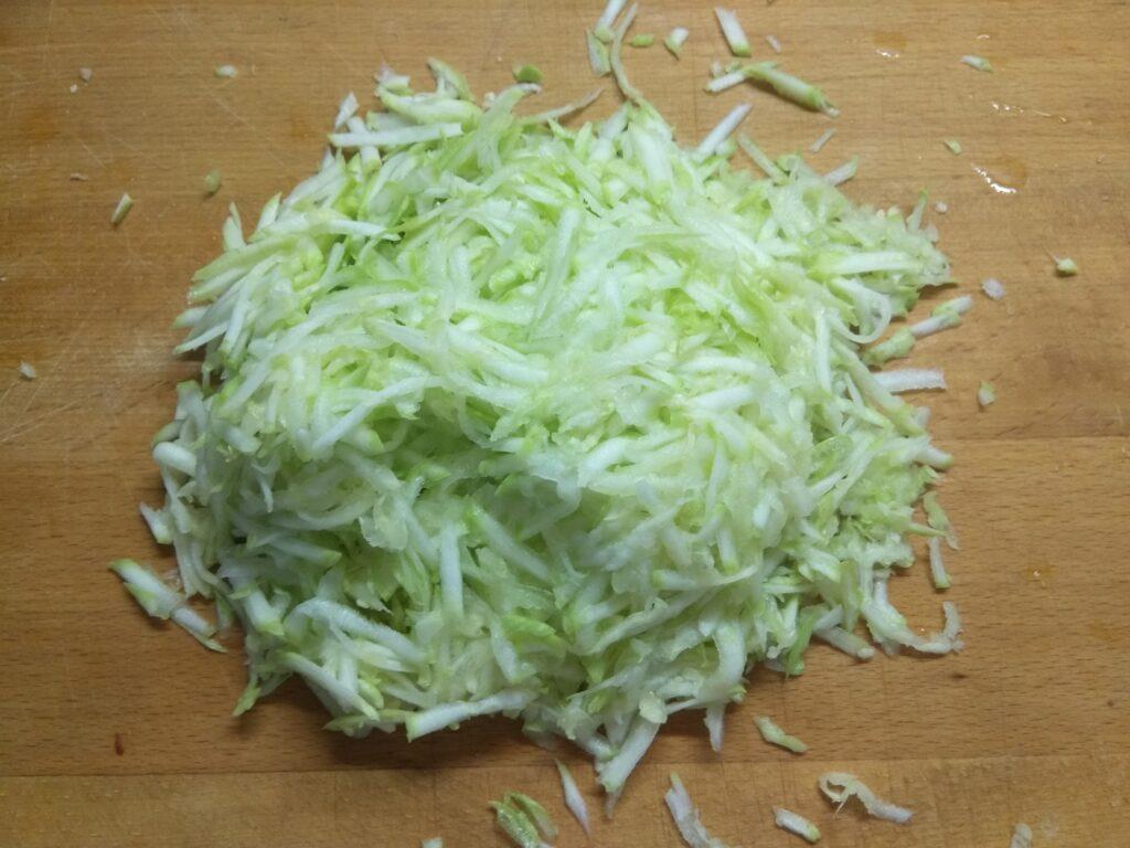 Фото рецепта - Котлеты из свиного фарша и кабачков, запеченные в духовке - шаг 2