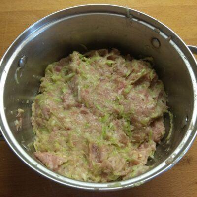 Фото рецепта - Котлеты из свиного фарша и кабачков, запеченные в духовке - шаг 4