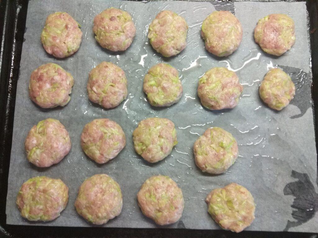 Фото рецепта - Котлеты из свиного фарша и кабачков, запеченные в духовке - шаг 5