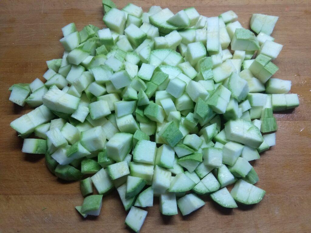 Фото рецепта - Кабачки, тушенные с сардельками, луком и морковью - шаг 1