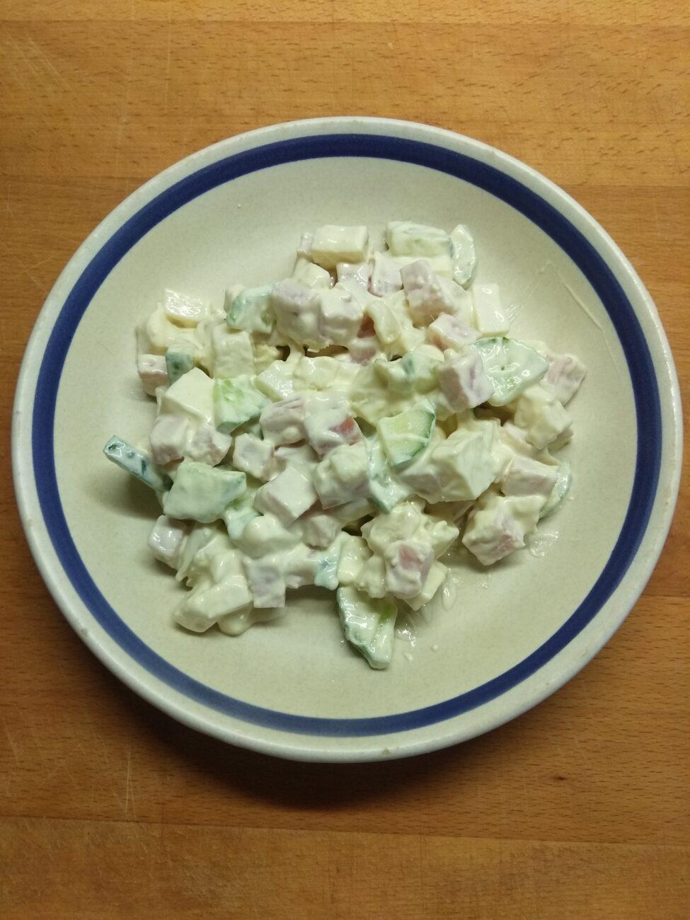 Салат с балыком, огурцами, картофелем и твердым сыром