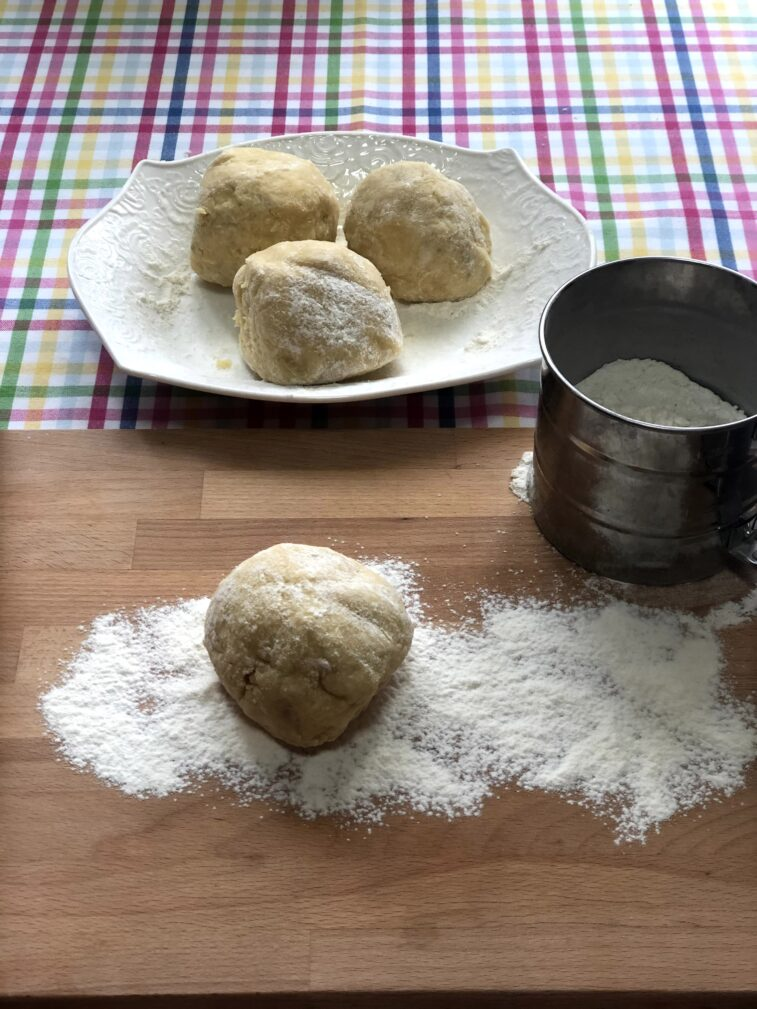 Фото рецепта - Рогалики с варенной сгущёнкой - шаг 7