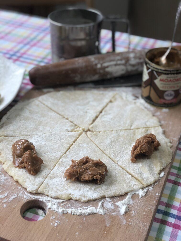 Фото рецепта - Рогалики с варенной сгущёнкой - шаг 10