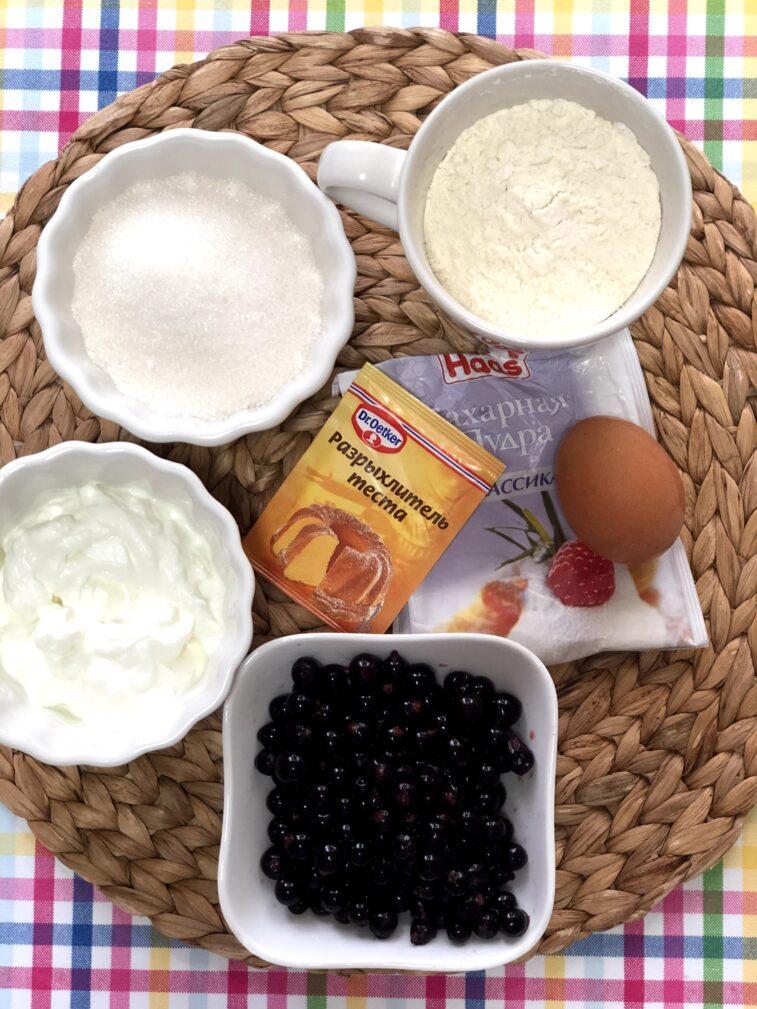Фото рецепта - Сметанник со свежей смородиной (пирог-перевертыш) - шаг 1