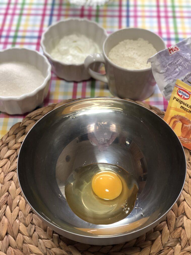 Фото рецепта - Сметанник со свежей смородиной (пирог-перевертыш) - шаг 2