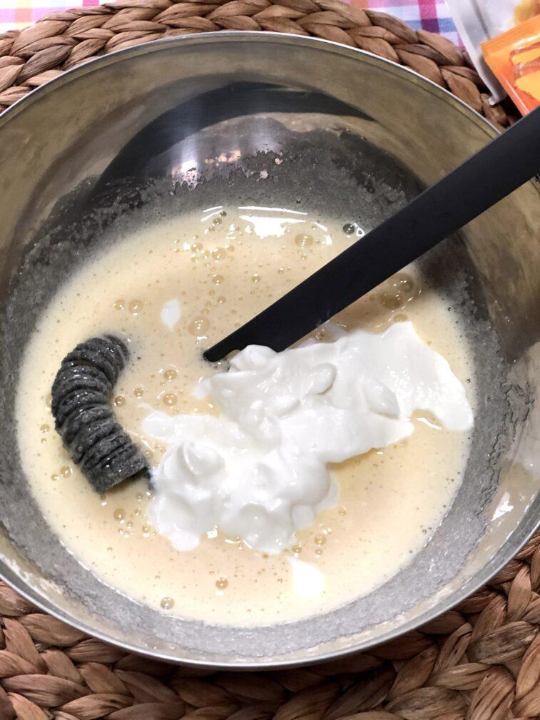 Фото рецепта - Сметанник со свежей смородиной (пирог-перевертыш) - шаг 4